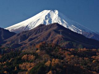 2013年11月29.jpg日の <br> <h3>寒い朝はくっきりした富士山が見える 2013/11/30</h3> <p>今朝は今シーズン一番の寒さらしい。このあたりでも-2.7℃まで下がっていた。手前の山も晩秋の気配を残しているが、今日で11月も終わりた。</p> <img alt=